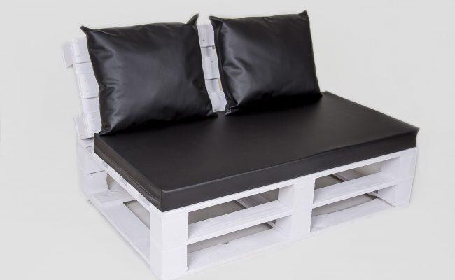 Sofa biała z czarnymi poduchami