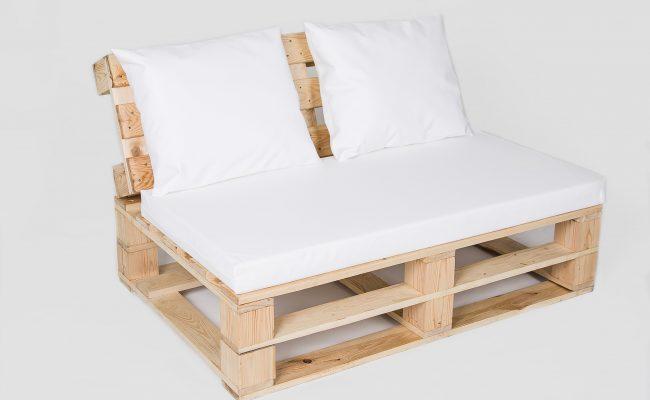 Sofa naturalna z białymi poduchami